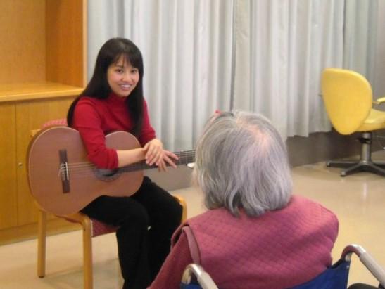 いづみケアセンターでの「体験音楽療法」 (12/11/2014)
