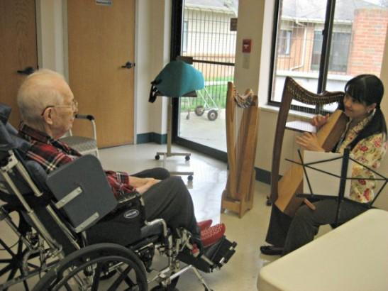 シンシナティの老人ホームでの音楽療法セッション中