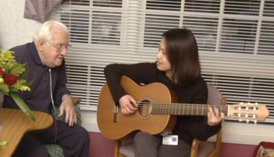 シンシナティのホスピスでの音楽療法セッション
