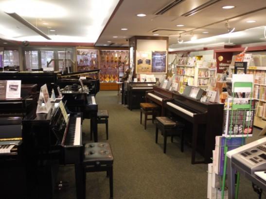 店内にはピアノなどの楽器や楽譜などが豊富にあります