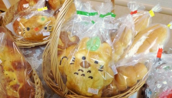 地元の野菜やパンの販売
